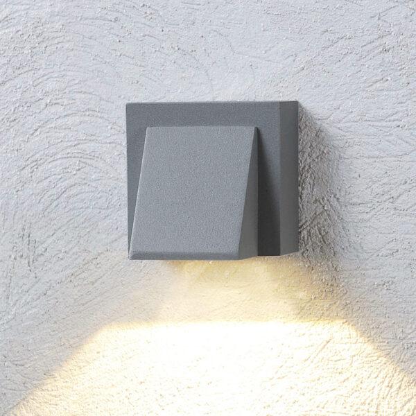 Den sølvgrå LED-udendørs væglampe Marik